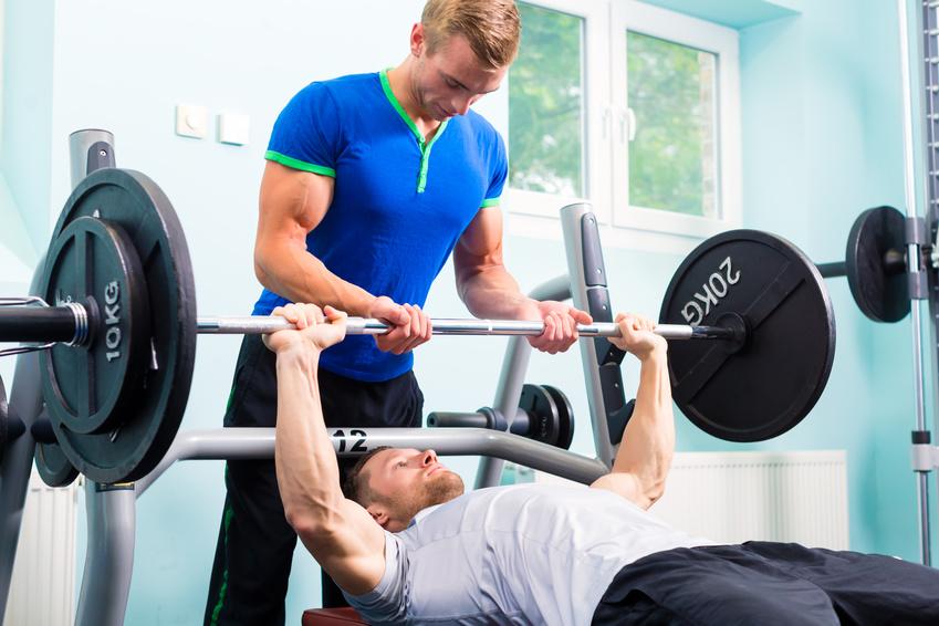 Beim HIT-Training ist bei manchen Übungen ein Trainingspartner erforderlich.