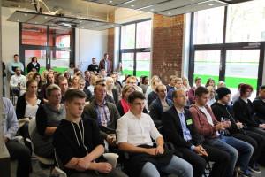 Fast 200 neue Bachelor-Studierende kamen zur Begrüßungsveranstaltung. Hinten links: Jonathan Malu.