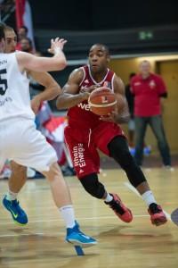 Jonathan Malu in Action: Der 22-Jährige ist Profi-Basketballer bei den RheinStars Köln und Bachelor-Student an der IST-Hochschule.