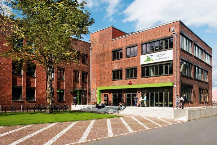 Die Fassade der IST-Hochschule für Management.