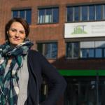 Angelina Hübner vor dem IST-Hauptgebäude in Düsseldorf