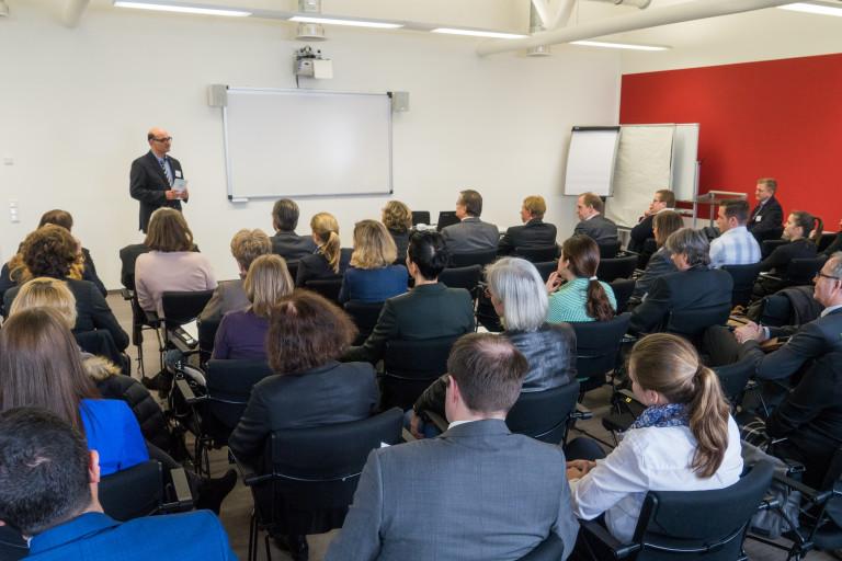 Christoph Sochart eröffnet den 1. Düsseldorfer Hochschultag - Ein Event zur Vernetzung von Unternehmen und Hochschulen.