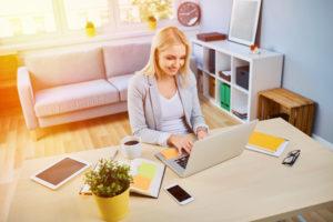 Wer schon als Student im Homeoffice arbeitet, hat mehr Möglichkeiten bei der Suche nach einer Studentenwohnung.