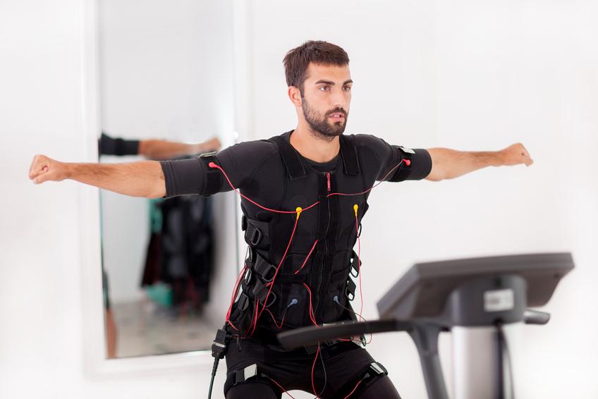 Bei EMS werden die Muskeln durch leichte Stromschläge stimuliert.