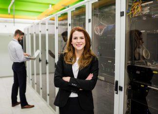 IT-Sicherheit Frau mit Servern