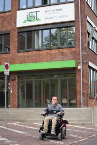 Barrierefrei studieren: Patrick Anders vor der IST-Hochschule für Management.