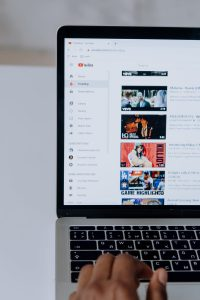 Youtube Seo: Computerbildschirm mit geöffneter Youtube-Seite