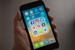 Youtube Seo: Iphone mit Bild verschiedener sozialer Netzwerke