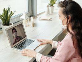 Digitalisierung-im-Gesundheitswesen_Frau-vor-Laptop