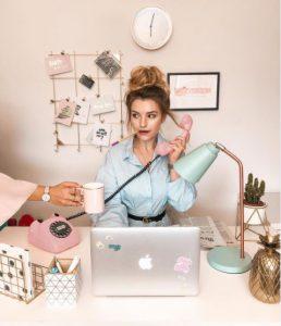 Influencer werden_Franziska Dully am Telefon