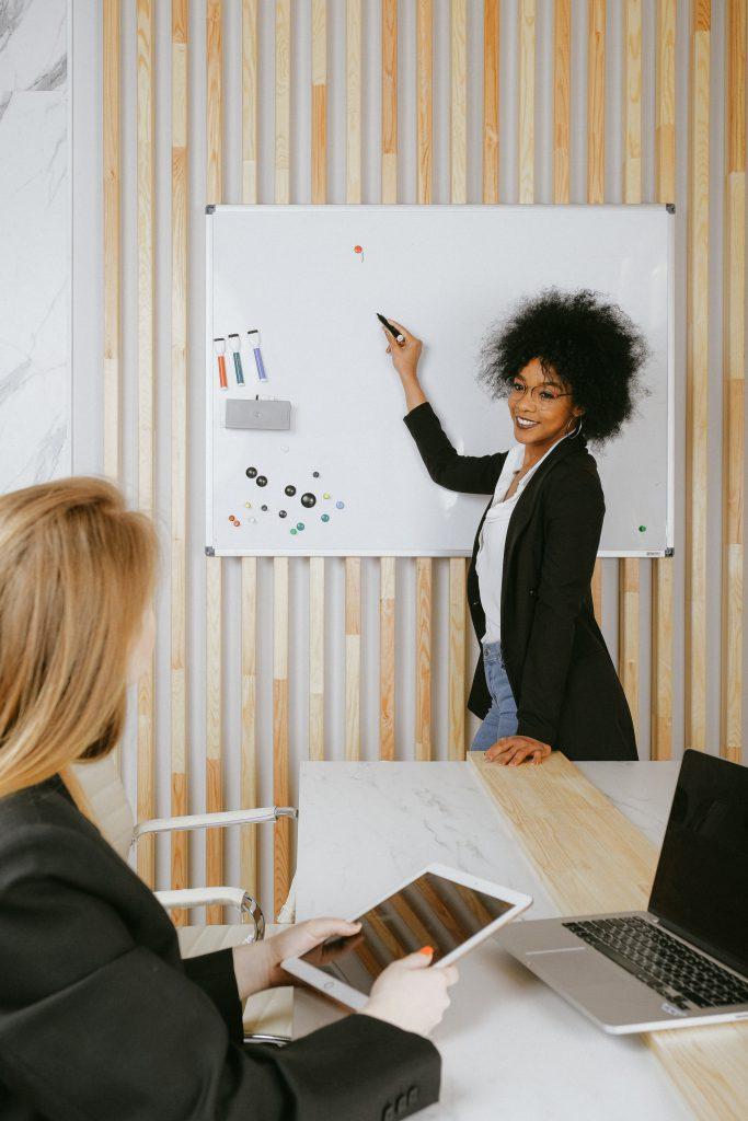 Personal und Business Coach_Frau am Flipchart_Pexels
