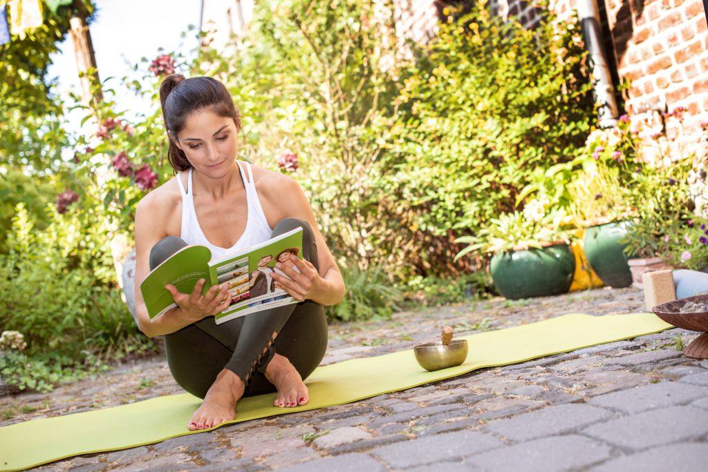 Yogalehrerin plant Yoga zu unterrichten