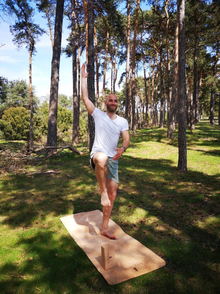 IST-Absolvent Anouar Fritzenwanker ist sowohl im Job als auch im Yoga erfolgreich.