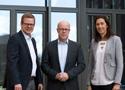 Benjamin Willems, IST, Boris Schmidt, Vorstandsvorsitzender des Freiburger Kreises, und Dr. Katrin Gessner-Ulrich, Präsidentin der IST-Hochschule, besiegelten die Premium-Partnerschaft.