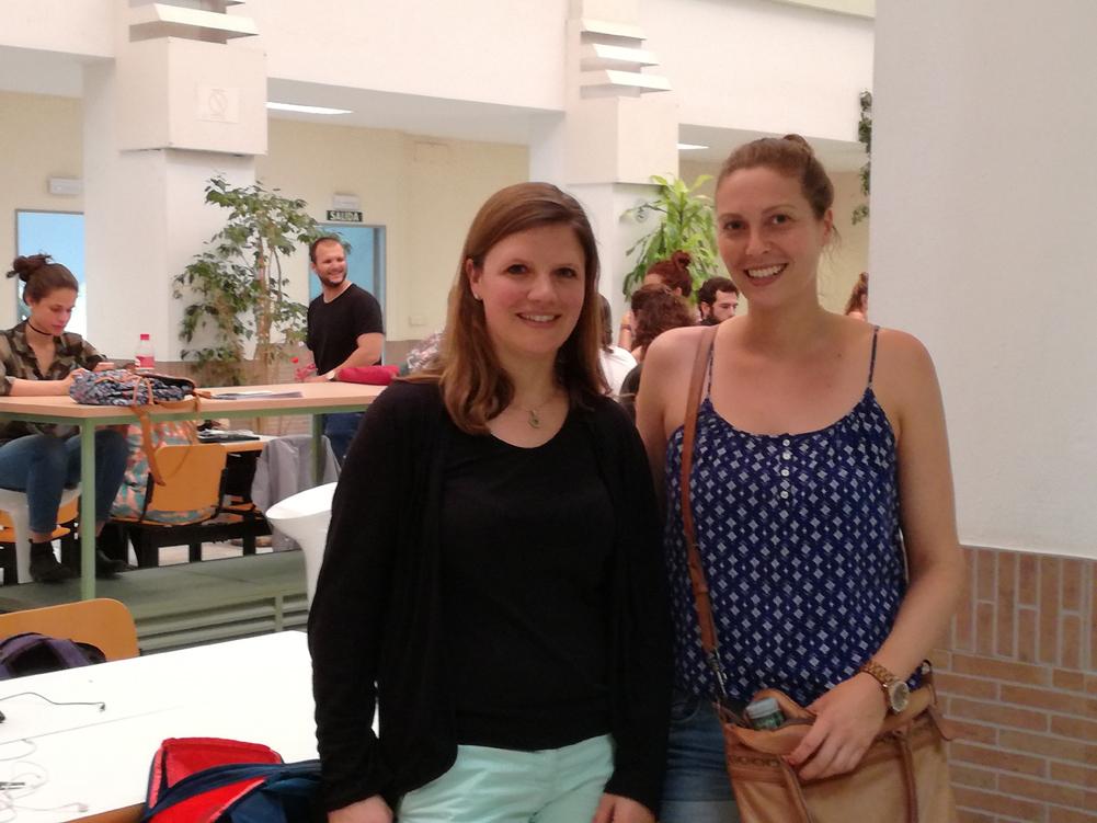 IST-Studentin Sabrina Pohl (rechts) wurde in Sevilla von Eva Sroka vom International Office besucht.